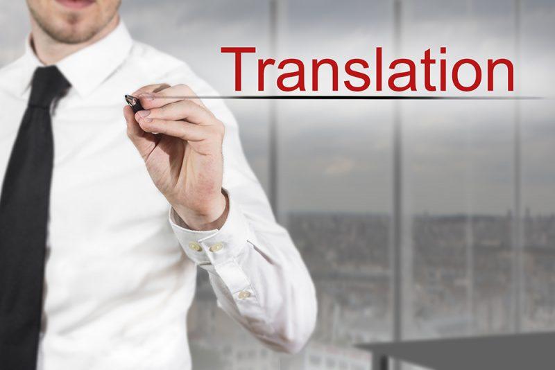 איש כותב את המילה תרגום